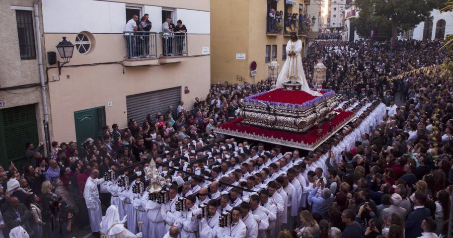 Actualidad Noticias Una vecina de Málaga triunfa en Twitter al ayudar ASÍ a una amiga a ver las procesiones