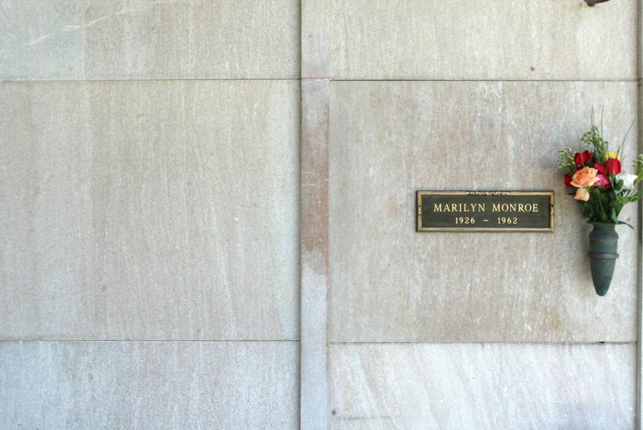 Actualidad Noticias Hugh Hefner, acechando a Marilyn hasta en la tumba