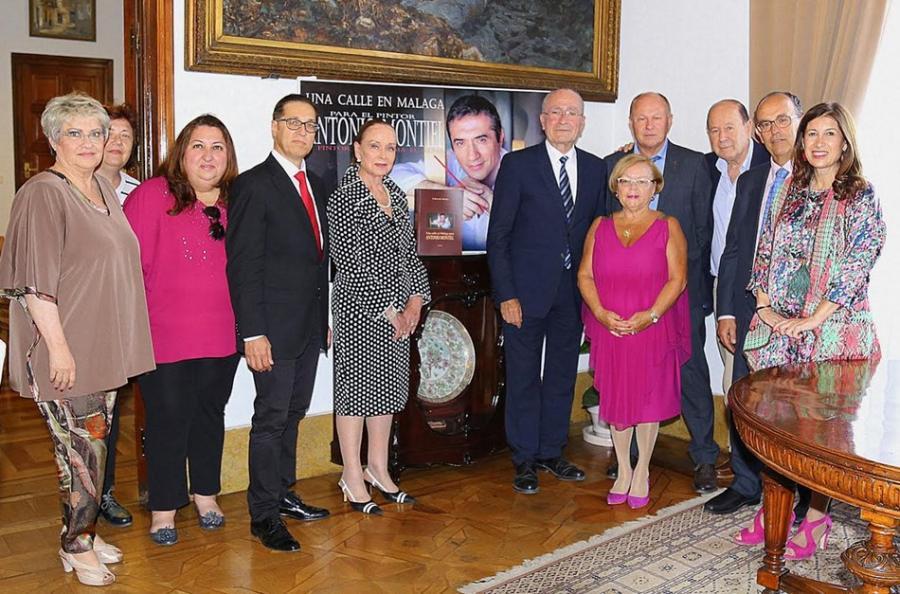 """Cultura Cultura La plataforma """"Una calle en Málaga para Antonio Montiel"""" se reúne con el alcalde de la ciudad para entregar el Libro de Firmas"""
