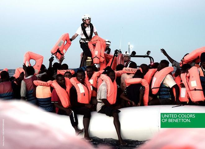 Actualidad Noticias Benetton desata la polémica al utilizar una imagen de los inmigrantes del Aquarius para una campaña publicitaria