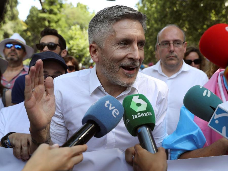 Actualidad Noticias El día en que el ministro del Interior cogió la pancarta del Orgullo y se manifestó contra el Gobierno