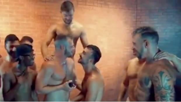 Gays Gays Romántico actor porno pide matrimonio en medio de orgía gay