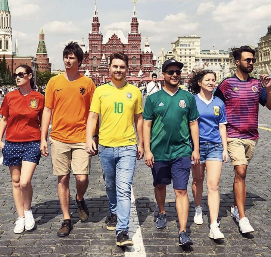 Gays Gays La genial idea de estos seis jóvenes para colar la bandera gay en Rusia