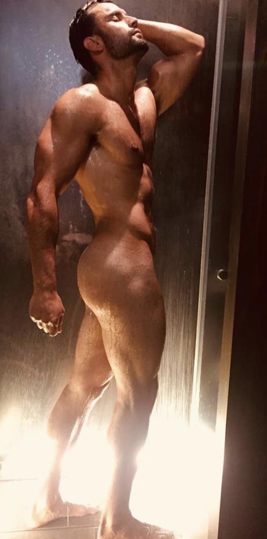 Actualidad Noticias El guardia civil más guapo, ahora desnudo en la ducha