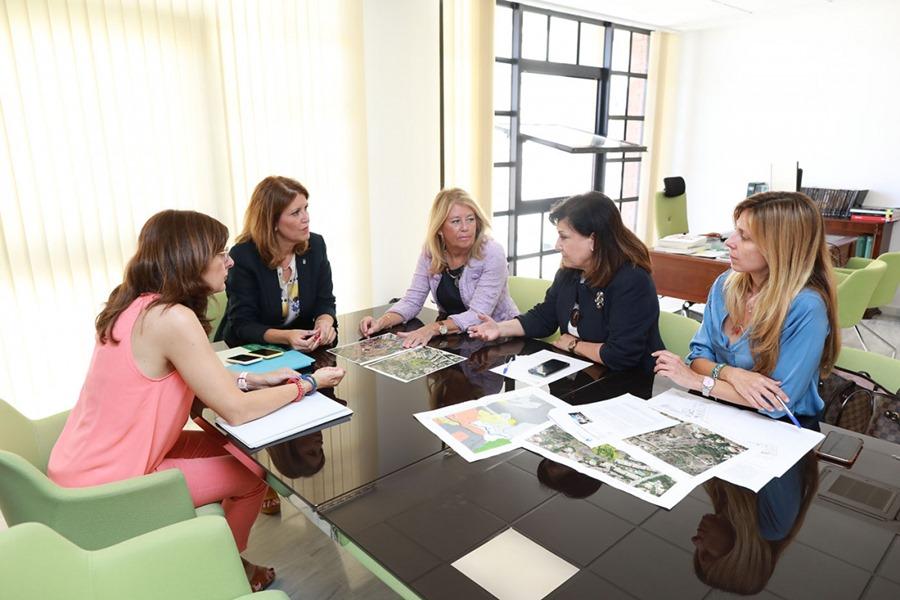 Ayuntamientos Ayuntamientos La alcaldesa de Marbella da un nuevo impulso a los proyectos de rehabilitación del Trapiche del Prado y de construcción de la primera residencia de mayores pública