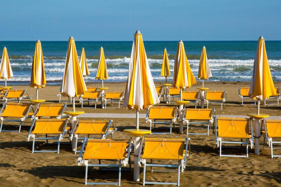 Actualidad Noticias Un 24% de los turistas españoles madruga para conseguir un buen sitio para su sombrilla en la playa