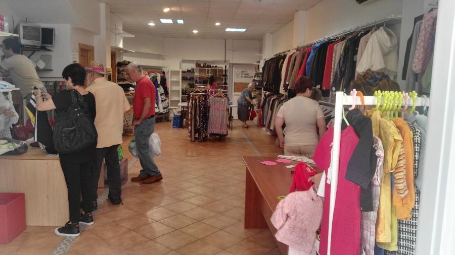 Torremolinos Torremolinos Comprando en la tienda solidaria Arte contra el Hambre de Torremolinos te beneficias de precios simbólicos al tiempo que ayudas a personas necesitas