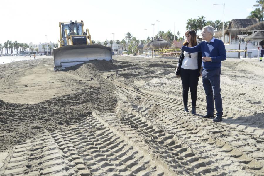 Torremolinos Torremolinos Costas repone 22.000 m3 de arena en  Torremolinos para mejorar el estado de sus playas