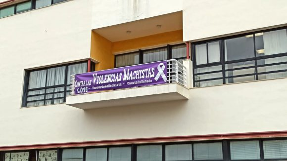 Torremolinos Torremolinos El Ayuntamiento de Torremolinos despliega en un balcón su pancarta contra la violencia de género al no poder realizarse la concentración como cada día 25 del mes