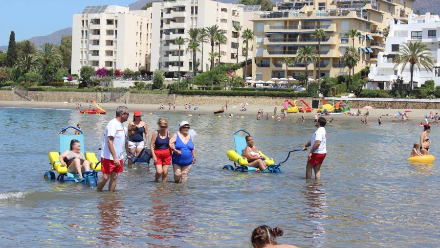 Ayuntamientos Ayuntamientos El servicio de socorrismo de playas de Estepona  incorpora un servicio diario de baños asistidos para personas con movilidad reducida