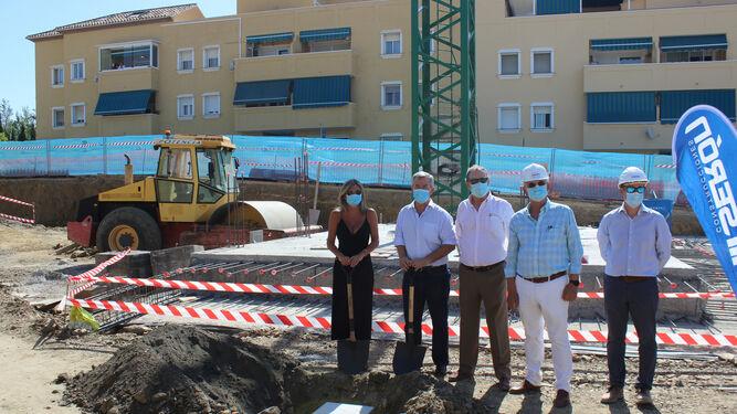 Ayuntamientos Ayuntamientos El alcalde de Estepona coloca la primera piedra de las 100 VPO que se construyen en Juan Benítez
