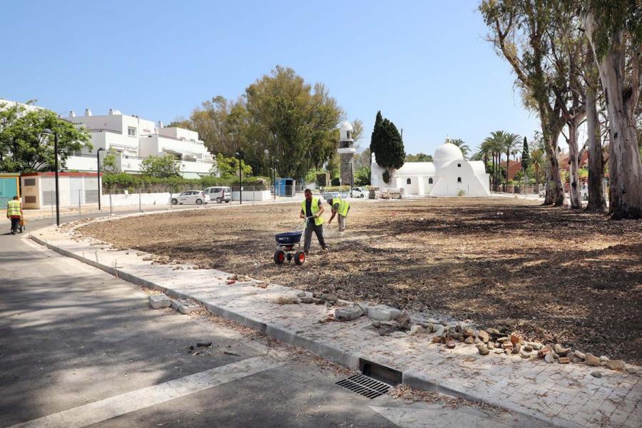 Ayuntamientos Ayuntamientos El Ayuntamiento acomete obras de acerado en el perímetro del centro comercial de la urbanización Guadalmina Baja en San Pedro Alcántara