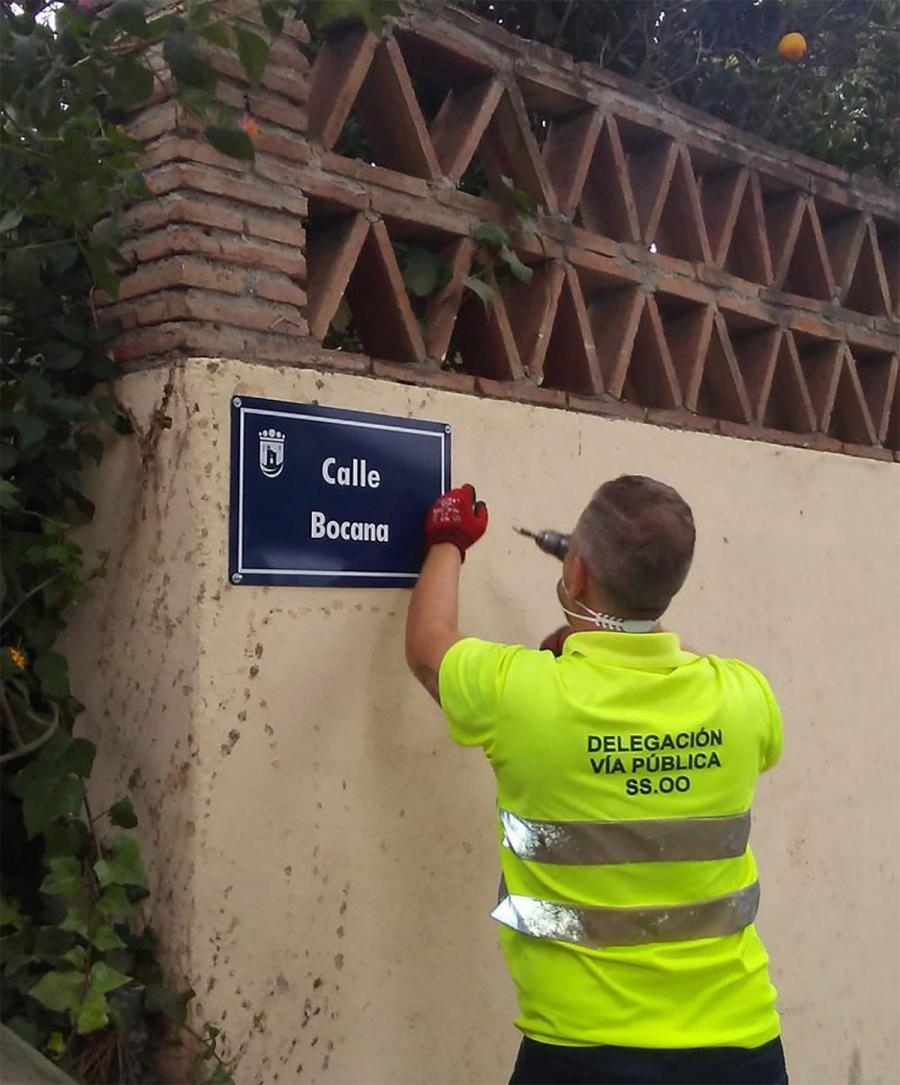 Ayuntamientos Ayuntamientos El Ayuntamiento de Marbella inicia los trabajos para colocar más de un centenar de placas de calles en Las Chapas