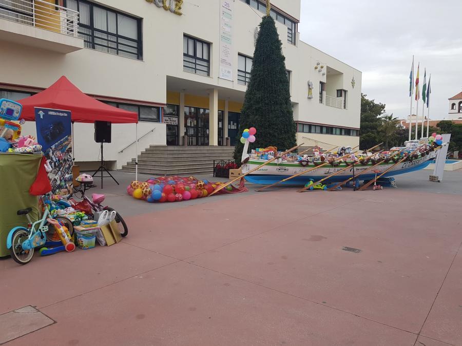 Torremolinos Torremolinos La Navidad Solidaria llena de juguetes la jábega del Club de Remo de Torremolinos