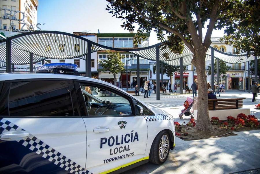 Torremolinos Torremolinos La Policía Local de Torremolinos intercepta en un vehículo una botella de 'gas de la risa' y 33 cápsulas para inhalar