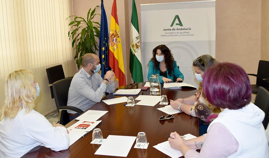 Andalucía Andalucía Ruiz traslada a las trabajadoras de la ayuda a domicilio el compromiso sobre la subida de salario